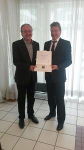 Stadtrat Günter Pfersich wird von Bürgermeister Ulrich Storer geehrt